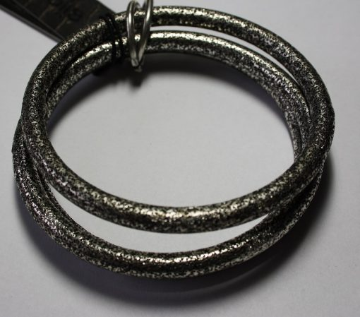 drie grijze armbanden