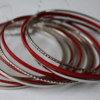 rode-zilveren metalen armbanden