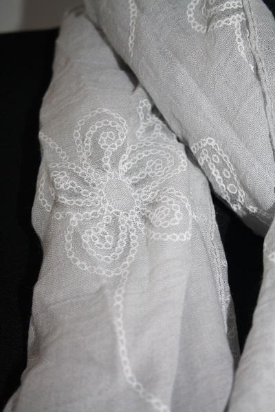 Grijze bloemen sjaal 2